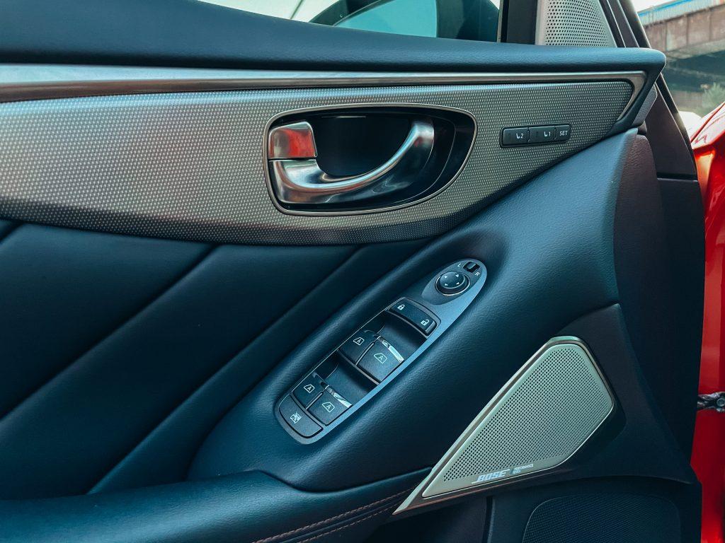 Infiniti Q50 Red Sport Дверная панель управления